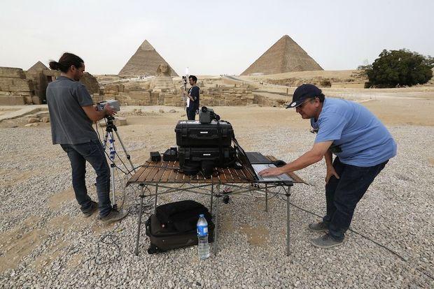 Les ingénieurs Jean-Claude Barré (à dr.) et Clemente Ibarra-Castanedo préparent une mesure thermique sur le plateau de Gizeh.