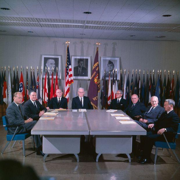 Les membres de la commission Warren, chargée d'enquêter sur les circonstances de l'assassinat de JFK, en septembre 1964. Son rapport de 888 pages désigne Oswald comme unique coupable.