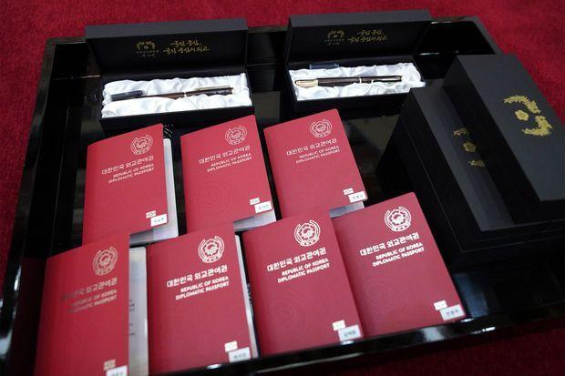 Les passeports diplomatiques et stylos remis par le présidend sud-coréen mardi à BTS.