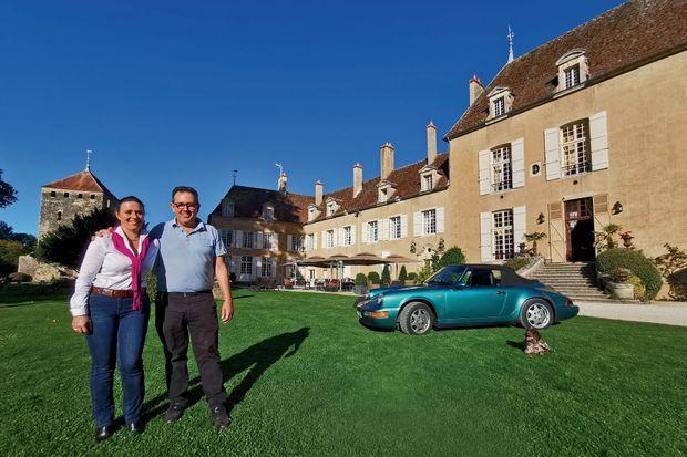 Les propriétaires Elisabeth et Pascal Bourzeix, devant leur bien le plus précieux (après le château…) : leur Porsche 964 Cabriolet de 1992.