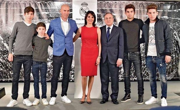 Les quatre fils Zidane ont participé au « couronnement » de leur père, avec leur mère, Véronique. De g. à dr., Théo, 13 ans, Elyaz, 10 ans, Zizou et Véronique, le président Pérez, Enzo, 20 ans, milieu de terrain au Real Madrid Castilla, Luca, 17 ans, gardien de but.