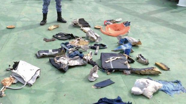 Les quelques effets retrouvés en mer au lendemain du drame. L'image provient d'une vidéo postée sur le compte officiel Facebook du ministère de la Défense égyptien.