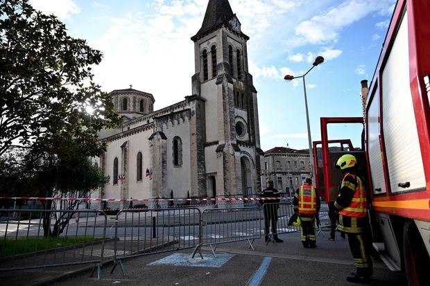 Les secours sont mobilisés au Teil, en Ardèche, lundi, après le tremblement de terre.