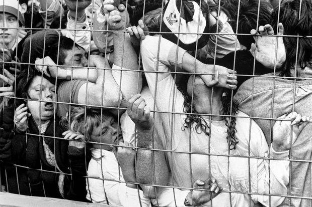 Les supporters piégés dans les tribunes, étouffés sous le poids de la foule, le 15 avril 1989 à Hillsborough.
