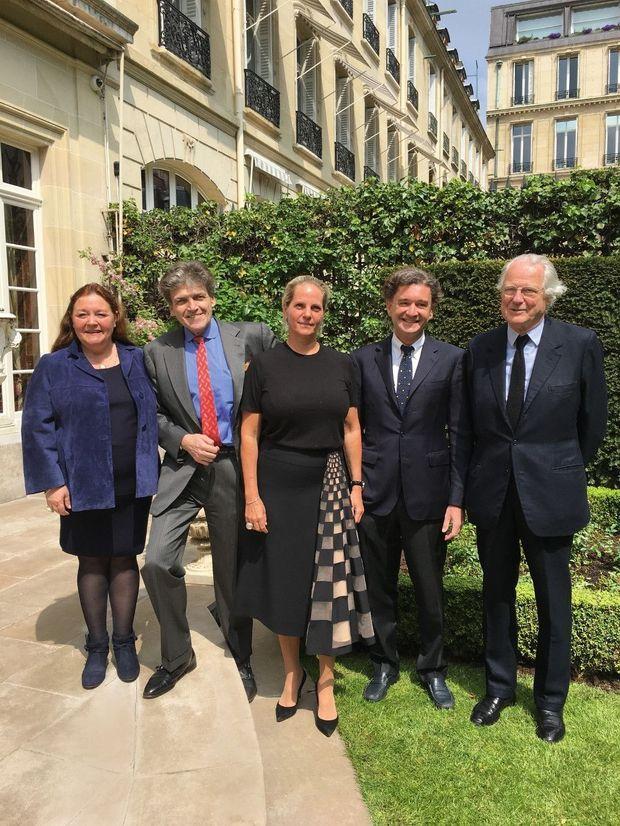 Les trois familles Rothschild : de g. à dr., Camille, fille de Philippine, Benjamin, fils d'Edmond, et son épouse, Ariane, Philippe, fils de Philippine, et Eric, fils d'Alain.