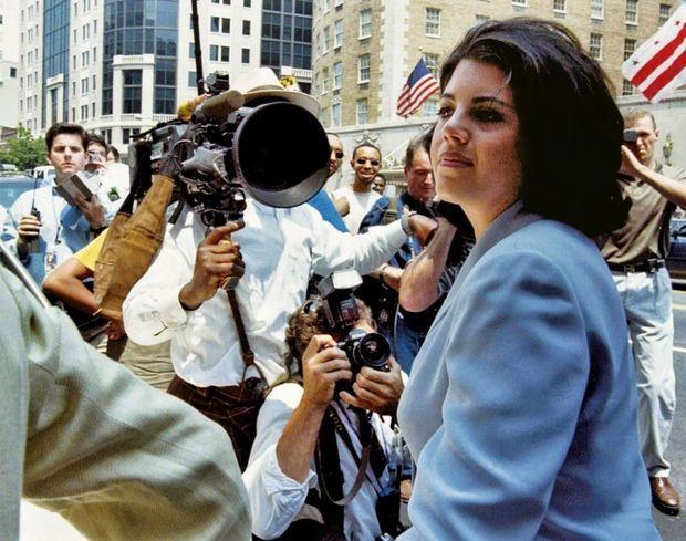 Le 29 juillet 1998, après l'avoir niée sous serment, Monica Lewinsky vient de reconnaître, face au procureur Kenneth Starr, sa liaison avec Bill Clinton.