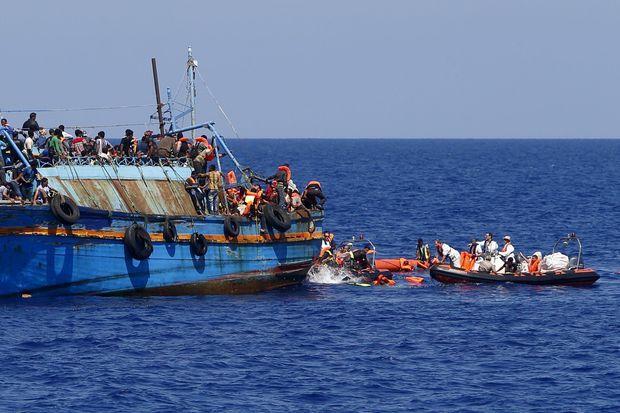 Sauvetage d'un bateau surchargé au large des côtes libyennes, le 6 août.