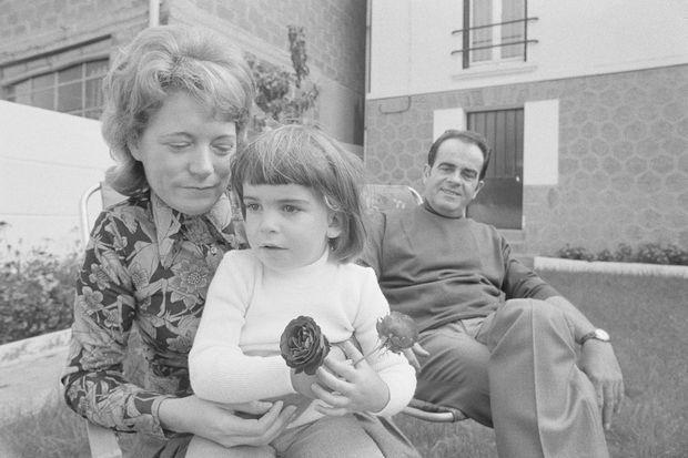 Liliane et Georges Marchais en 1974 avec leur fille dans leur maison de Champigny-sur-Marne.