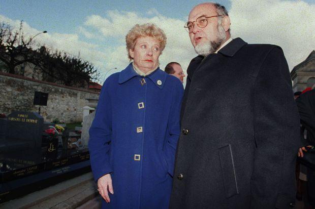 Liliane Marchais avec Robert Hue lors d'un hommage à Georges Marchais, un an après sa mort, le 16 novembre 1998 au cimetière de Champigny-sur-Marne.