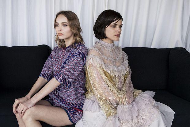 Lily-Rose Depp et Soko posent pour Match à Cannes.