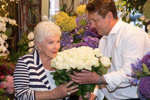 Avec son ami, le fleuriste Pascal Mutel, chargé de la décoration florale du dîner et de la soirée d'anniversaire de Line.