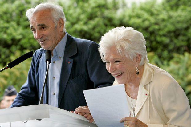 Line Renaud et Charles Aznavour lors de l'inauguration de la place dédiée à Loulou Gasté, en juillet 2005 à Paris.
