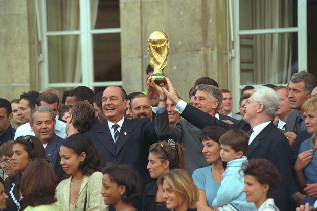 Jacques Chirac et Lionel Jospin accueillent les Bleus victorieux lors de la coupe du monde de football 1998 à l'Elysée, le 14 juillet 1998.