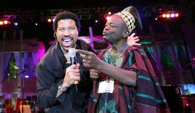 Lionel Richie et Dominique Balouki chantant à Tripoli-