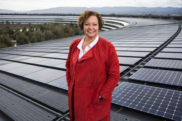 Lisa Jackson, vice-présidente d'Apple chargée de l'environnement, des politiques publiques et des initiatives sociales, sur le toit d'Apple Park, en Californie.