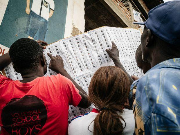 A Boma, le 6 décembre 2018, des citoyens congolais devant les listes électorales.