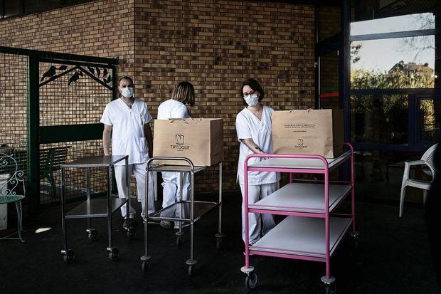 Livraison des plats concoctés par les chefs. Des mets qui réconfortent les équipes médicales.