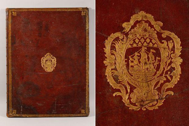 Une reliure en maroquin rouge orné à la dentelle - A droite : détail des armes de la Ville de Paris