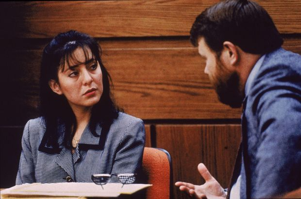 Lorena Bobbitt, les yeux rougis par les armes, interrogée par un avocat lors de son procès en janvier 1994.