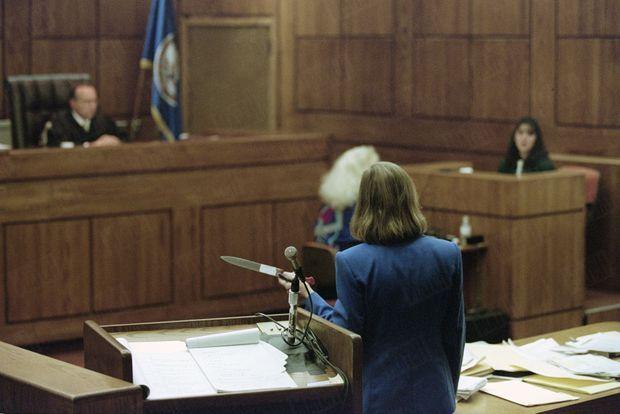 Au procès de Lorena Bobbitt, en janvier 1994, la procureur Mary Grace O'Brian montre le couteau utilisé par l'accusée.