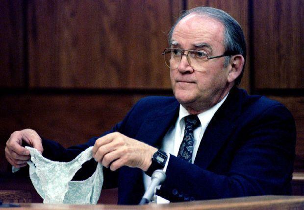 Lors du procès de Lorena en janvier 1994, Myron Scholberg de la police scientifique expose la culotte portée par la jeune femme, lors de son viol supposé par son mari.