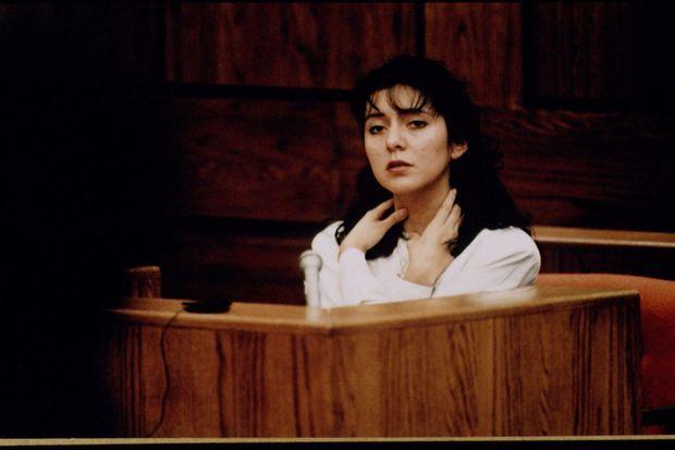 Au procès de Lorena Bobbitt en janvier 1994, la jeune accusée mime les violences régulièrement exercées par son mari.