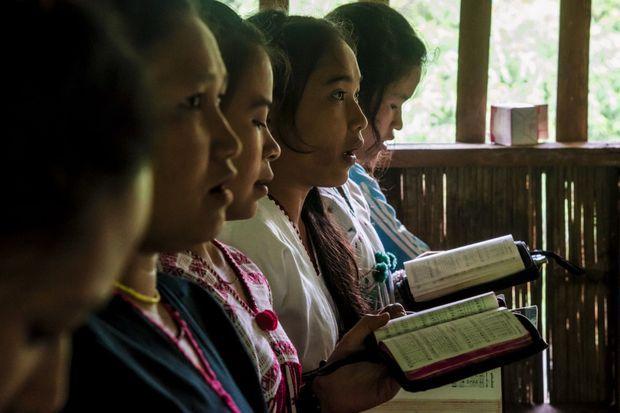 Lors d'un office baptiste du village de Kuday. Dans l'église, hommes et femmes sont séparés.