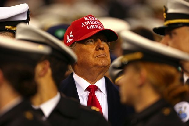 Lors du match de football universitaire Navy-Army, à Philadelphie, le 14 décembre. La veille, l'acte d'accusation visant son impeachment était validé. Sur sa casquette, son slogan de campagne.