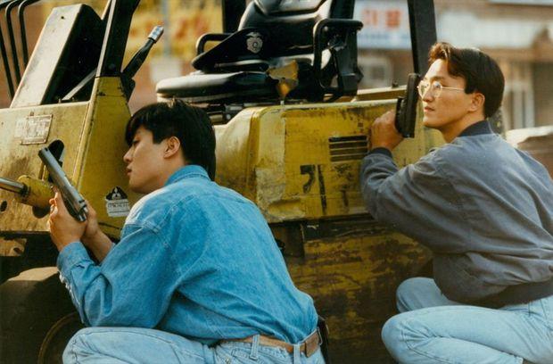 Des membres de la communauté coréenne défendent, arme à la main, leurs commerces contre les émeutiers.