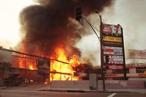 Des commerces de Koreatown en flammes.