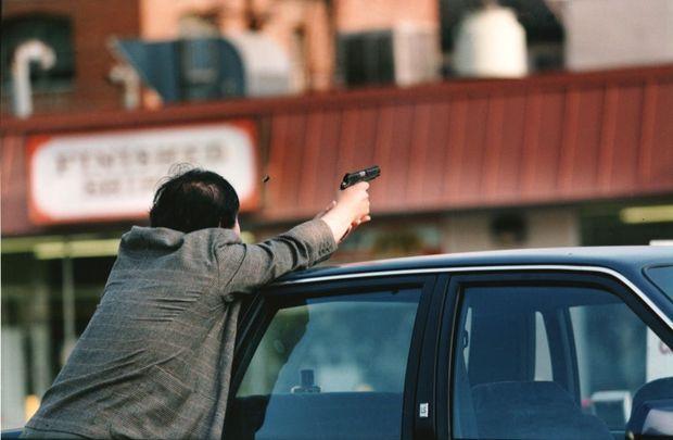 L'employé d'un supermarché coréen tire à vue sur les émeutiers à l'assaut de Koreatown.