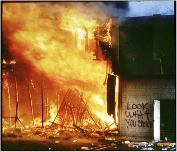 « Look what you create », « regardez ce que vous avez créé » a été tagué avant que le magasin ne soit incendié.