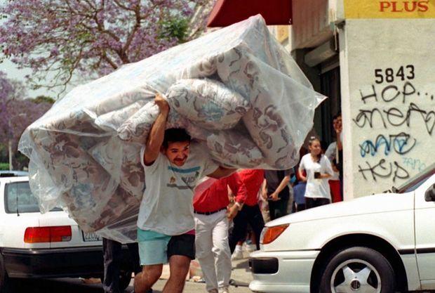 Scènes de pillage lors des émeutes de Los Angeles en 1992.