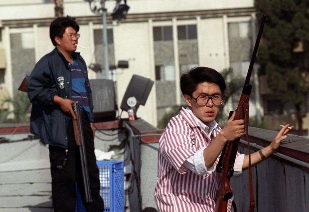 De nombreux Coréens se sont postés sur les toits des bâtisses, armés de fusils, pour protéger leurs commerces.