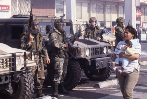 L'armée dans les rues de Los Angeles, pour mettre fin aux émeutes de 1992.
