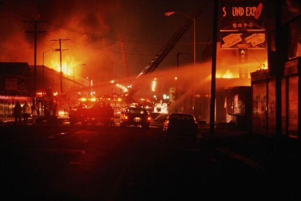 Les pompiers au travail, dans la nuit du 1er mai à South Central.
