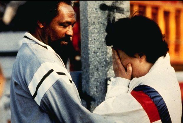 Un habitant noir de South Central réconforte une Coréenne dont le commerce a été brûlé, le 30 avril 1992.