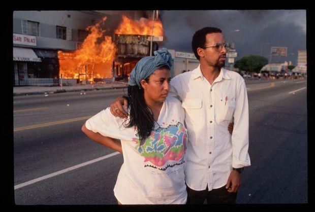Des habitants de South Central regardent leur quartier partir en fumée.