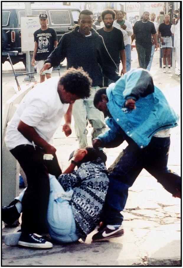 Premières violences des émeutes de Los Angeles au croisement des avenues Florence et Normandie, au coeur de South Central, le 29 avril 1992, quelques heures après l'acquittement des policiers ayant passé à tabac Rodney King.