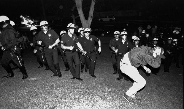 Manifestation autour du quartier général de la police, le 29 avril 1992, quelques heures après l'acquittement des policiers ayant passé à tabac Rodney King.