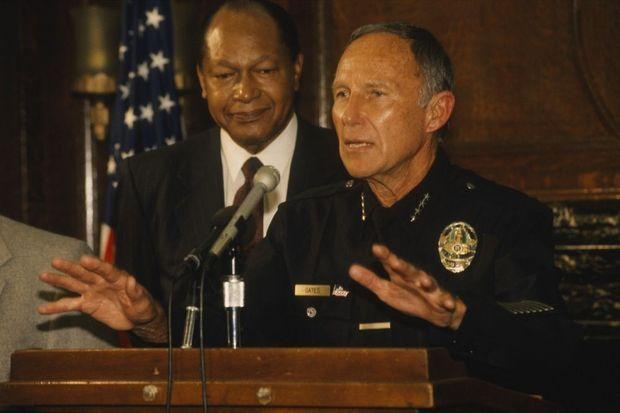 L'affaire Rodney King a lieu dans le contexte de l'affrontement entre le maire noir démocrate Tom Bradley et le chef de la police sympathisant républicain Daryl Gates, ici réunis lors d'une conférence de lors des émeutes.