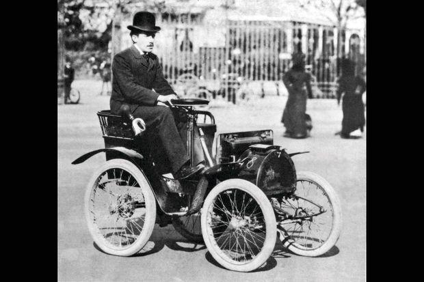 Louis Renault au volant d'une de ses premières automobiles, filmé par Louis Lumière dès 1899.