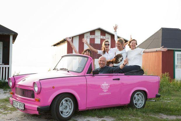 Louise (à dr.), son mari John, ses deux soeurs et leur mère, dans leur Trabant rose.