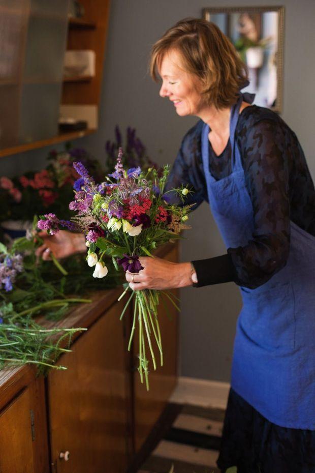 Louise préparant des bouquets pour sa prochaine cérémonie.
