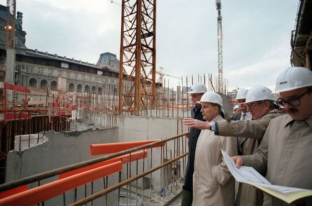François Mitterrand sur le chantier de la Pyramide du Louvre, le 31 octobre 1986.