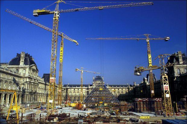 Le chantier de la Pyramide du Louvre, en janvier 1987.