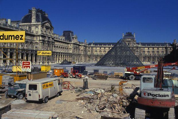 Le chantier de la Pyramide du Louvre, en janvier 1988.
