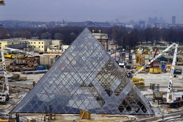 Le chantier de la Pyramide du Louvre, en février 1988.