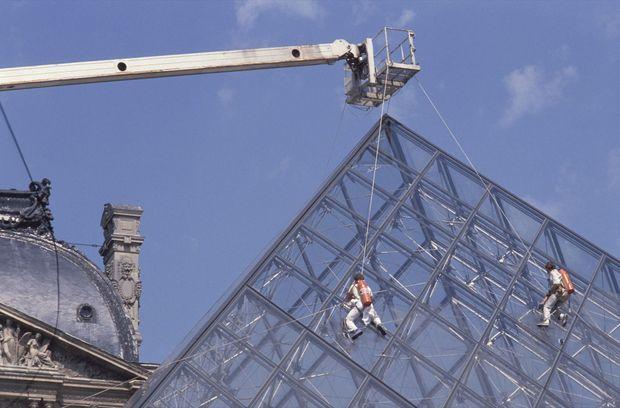 Le nettoyage de la Pyramide du Louvre, le 9 mai 1989.