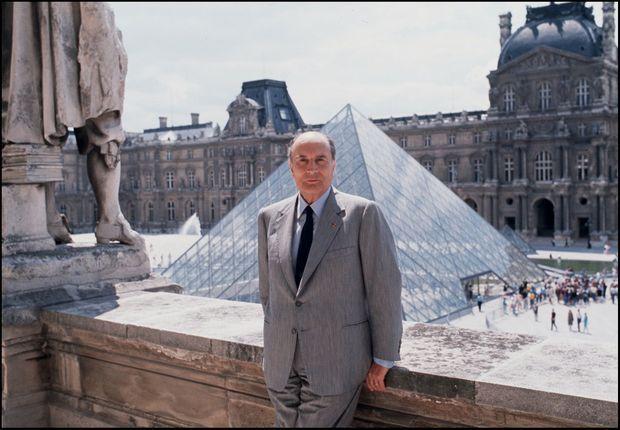 François Mitterrand devant la Pyramide du Louvre, le 28 juin 1989.